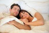 Lyckliga paret i sängen — Stockfoto