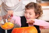 маленькая девочка, размывание тыквы — Стоковое фото