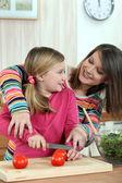 一位母亲教她的女儿如何烹饪. — 图库照片