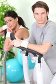 Couple exercising in gym — Stock Photo