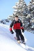 Erkek yokuş aşağı kayakçı — Stok fotoğraf