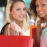 femmes avec des sacs à provisions — Photo