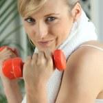 blond anhebende Gewichte im Fitnessstudio — Stockfoto