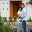 Young couple in front of apartments - Foto de Stock
