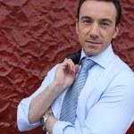 empresario frente a una pared roja extraña — Foto de Stock