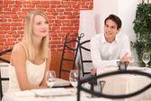 Mann beobachtende hübsche frau in einem restaurant — Stockfoto