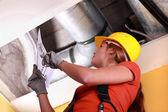 Mujer comprobando el sistema de ventilación — Foto de Stock
