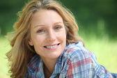 Portret van een vrouw die lacht — Foto de Stock
