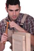 男子用锤子和凿子 — 图库照片