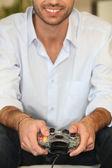 Jonge man spelen videospelletjes — Stockfoto