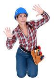 Knielende vrouw gebaren — Stockfoto