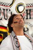 Appassionato di calcio palla sulla testa di bilanciamento — Foto Stock