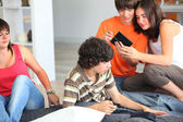 Teenage friends hanging out at home — Stock Photo
