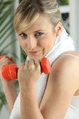 блондинка поднимаясь весов в тренажерном зале — Стоковое фото