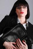 Prachtige zakenvrouw met een zwart lederen aktetas — Stockfoto