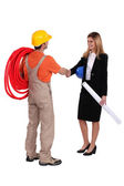Architect and worker shaking hands — Stock Photo