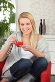 年轻女子在家里喝杯咖啡 — 图库照片