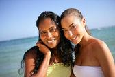 Dois amigos femininos atraentes ficou na praia — Foto Stock