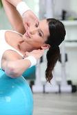 Sit yaparken kız fitness balon ups — Stok fotoğraf