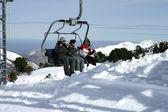 Drei sitzen in einem skilift — Stockfoto