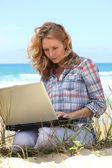 Femme travaillant sur la plage — Photo