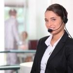Frau lächelnd mit headset — Stockfoto #8971025