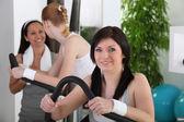 молодые женщины, делает фитнес — Стоковое фото