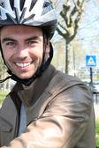骑自行车者戴着头盔 — 图库照片