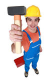 Joven albañil mostrando martillo terrón — Foto de Stock