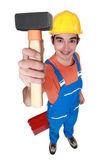 Unga mason visar klump hammare — Stockfoto
