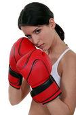 Kırmızı kutu eldiven giyen kadın — Stok fotoğraf