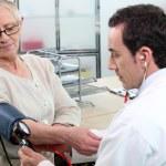 starší ženy mají krevní tlak přijatých — Stock fotografie