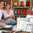 55 years old couple looking a plate in a handicrafts shop — Stockfoto