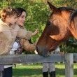Mother and daughter next to horse — Stockfoto