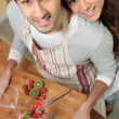 Couple making fruit cocktails — Stock Photo