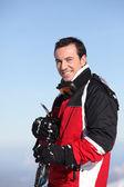 Gülümseyen bir erkek kayakçı portresi — Stok fotoğraf