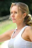Porträtt av blond kvinna utomhus bära sportkläder — Stockfoto