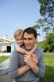 Vater geben wenig piggy-back — Stockfoto