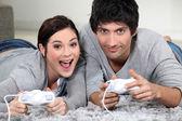 Couple, jouer à des jeux d'ordinateur — Photo
