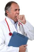 Yorgun doktor esneme — Stok fotoğraf