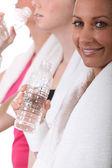 女性運動クラス後の水を飲む — ストック写真