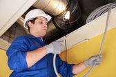 Elettricista riparazione cablaggio soffitto — Foto Stock