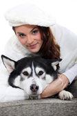 Mladá žena cudling její pes — Stock fotografie