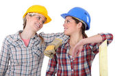 Dois carpinteiros femininos conversando — Foto Stock