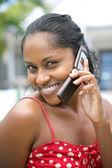 Черная женщина делает вызов на свой мобильный — Стоковое фото