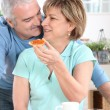 Loving couple eating breakfast — Foto Stock