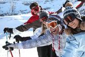 Vrienden op de ski-pistes — Stockfoto