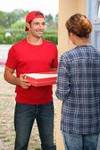 Pizza teslimi adam — Stok fotoğraf