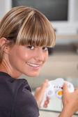 Jonge vrouw afspelen van een video game — Stockfoto