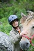 Dziecko pieszczot konia — Zdjęcie stockowe